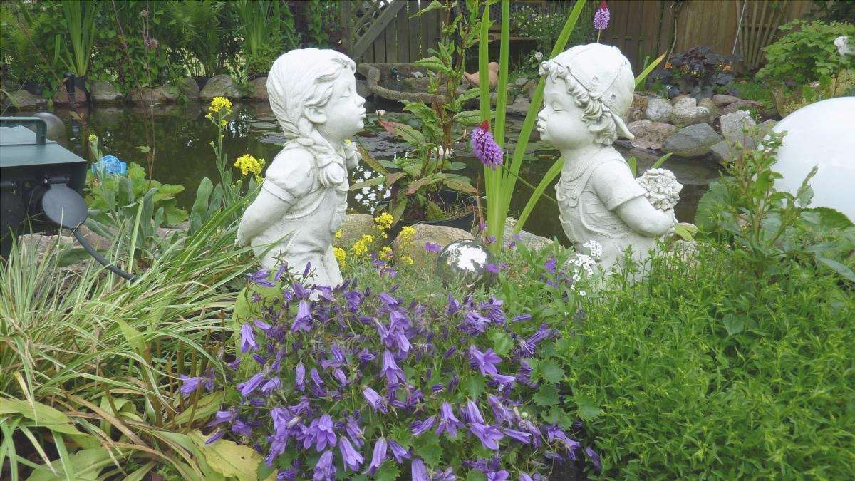 Le sculture stanno benissimo in un giardino romantico.