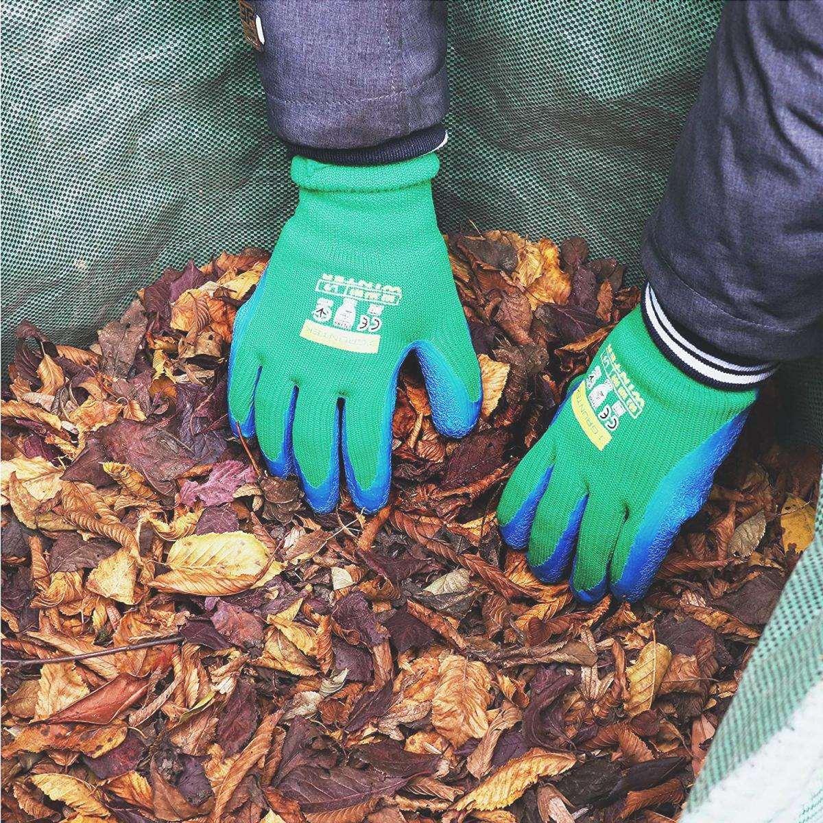 Proteggere le mani con guanti da giardinaggio