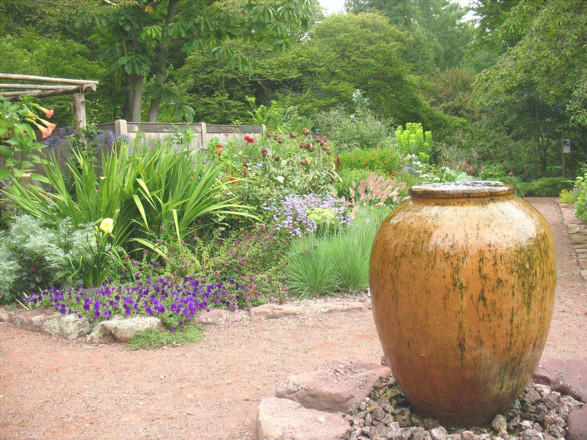 Il giardino mediterraneo è uno stile di giardino in cui si usano piante resistenti alla siccità.