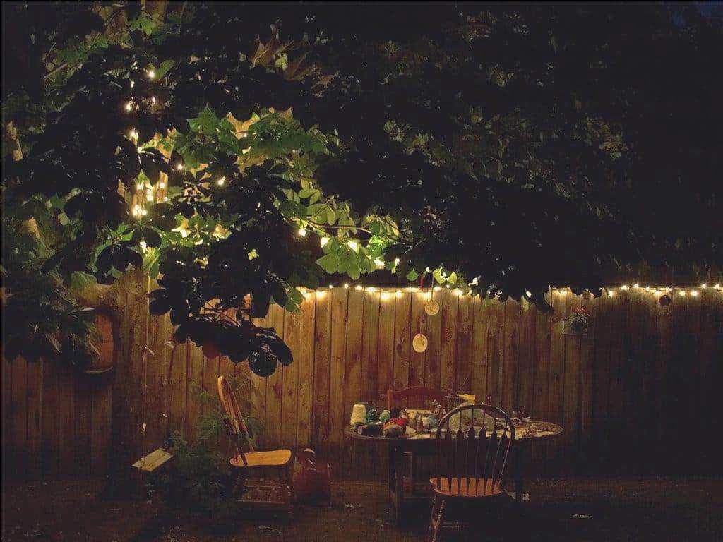 È importante mettere le luci in un giardino romantico
