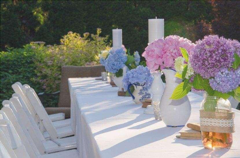 Metti dei fiori sul tavolo del tuo giardino romantico