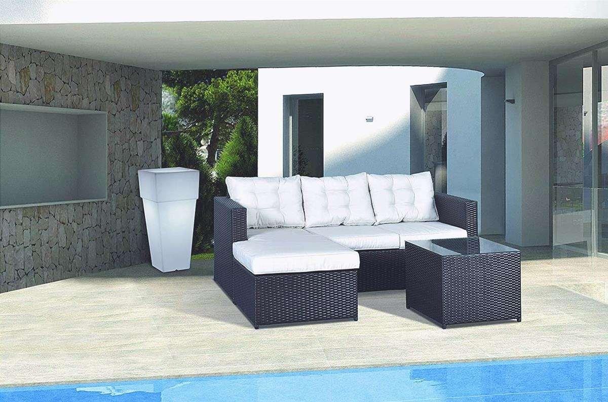 Il divano da giardino deve essere fatto di materiale resistente alle intemperie.